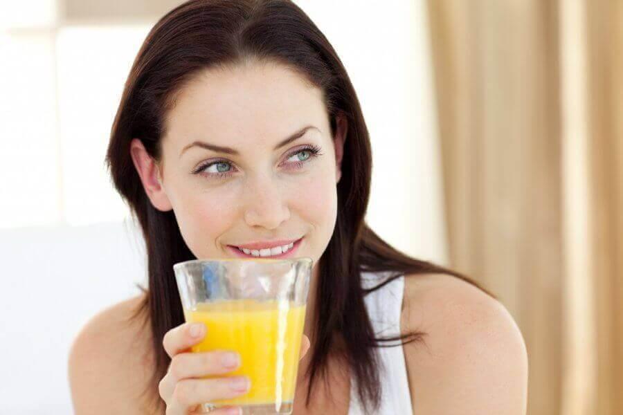lachende vrouw met glas ananaswater