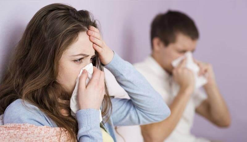 man en vrouw met zakdoek voor hun neus