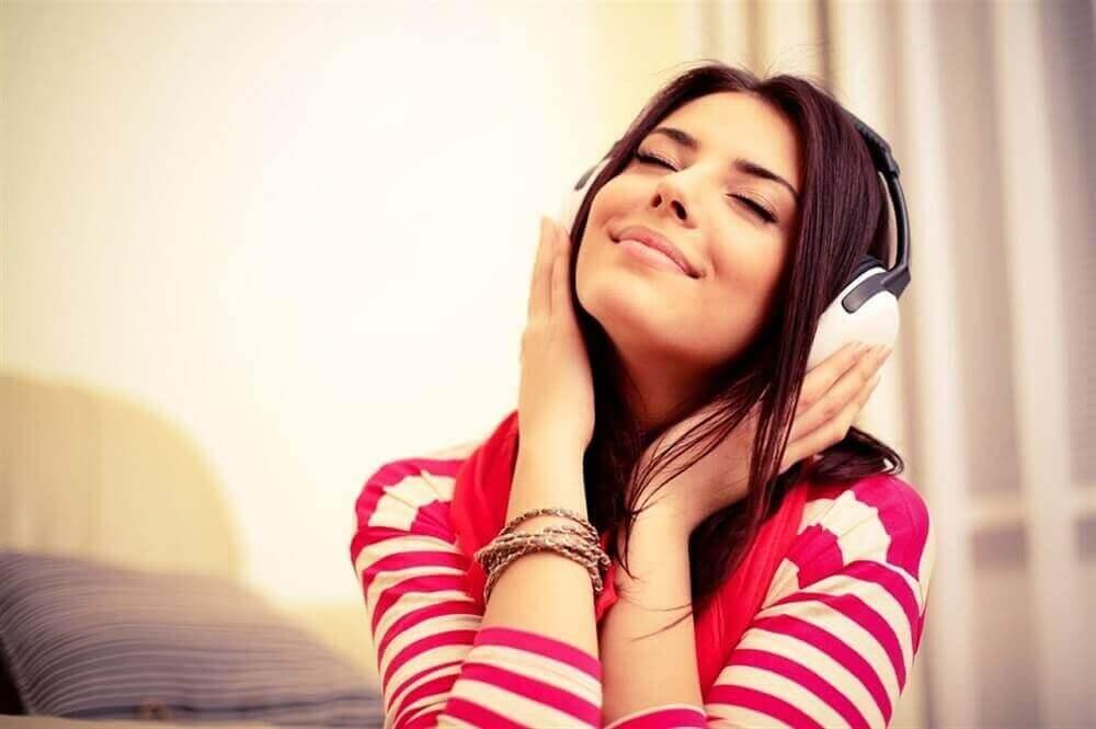 Lachende vrouw met koptelefoon
