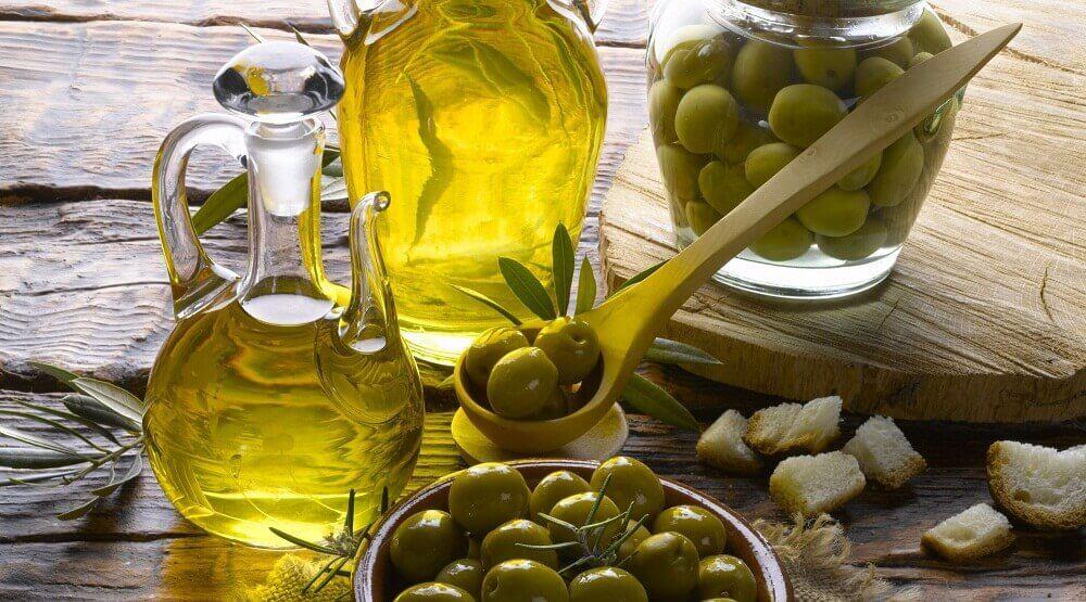 Olijfolie en bakje olijven