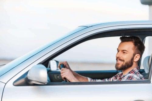Man rijdt met raam open