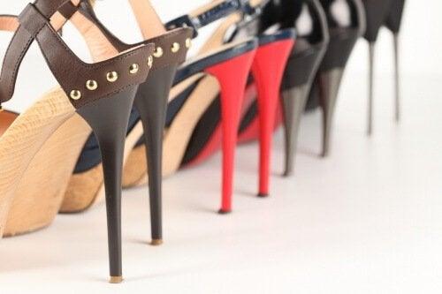 Een rij schoenen met hele hoge hakken