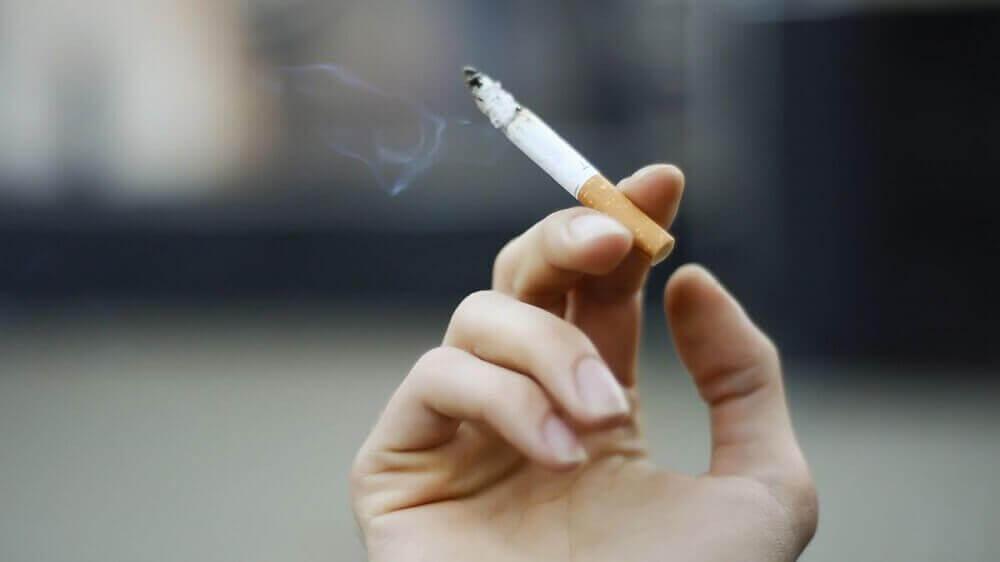 rokende sigaret
