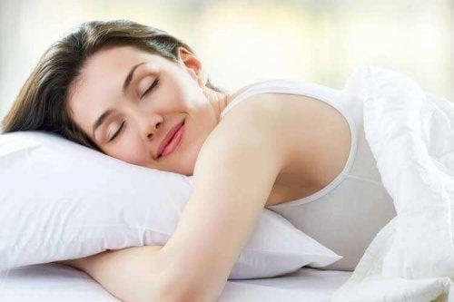Vrouw die goed slaapt