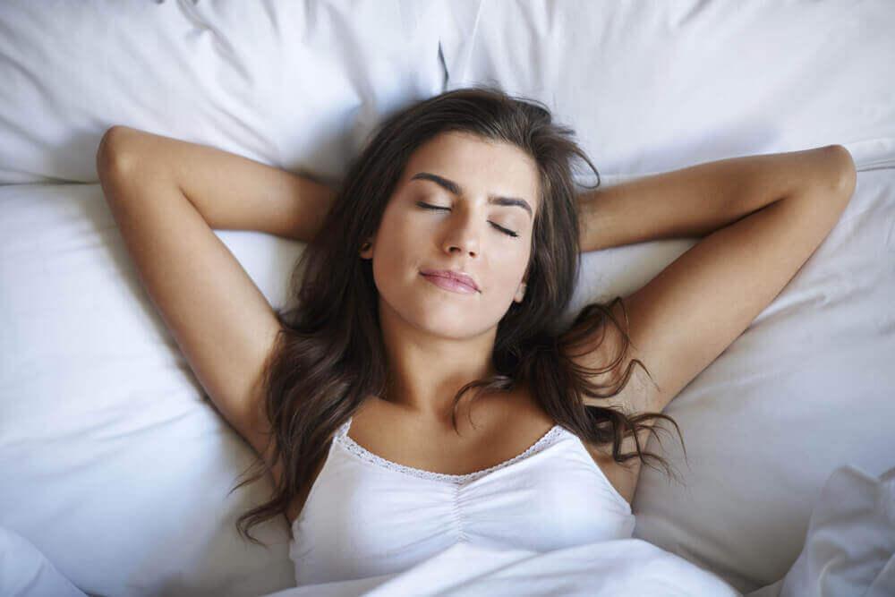 Vrouw slaapt op wit kussen
