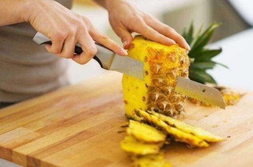 Snijd de ananas