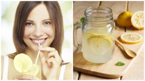 Vrouw drinkt citroensap