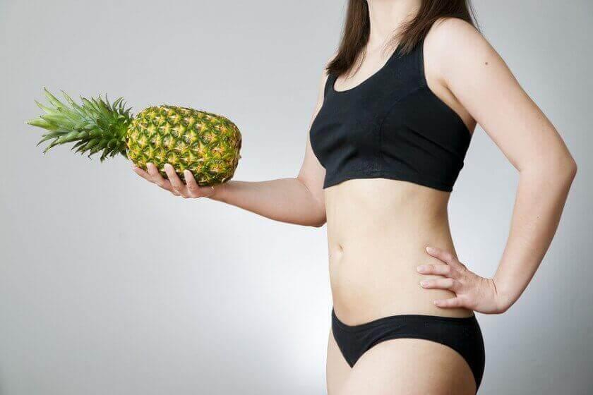 slanke vrouw met ananas