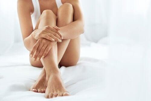 Vrouw met gekruiste benen