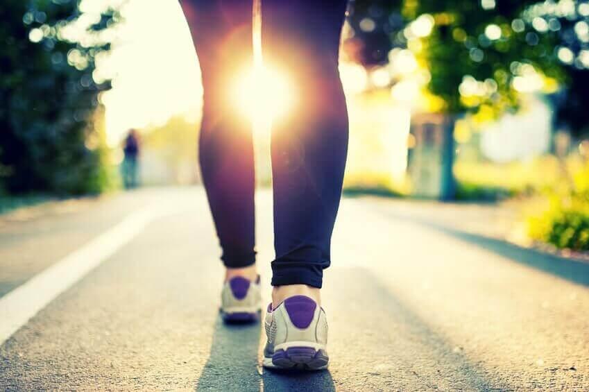 Lopende benen bij ondergaande zon