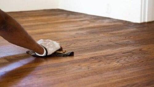 Gebruik witte azijn niet op hardhouten vloeren
