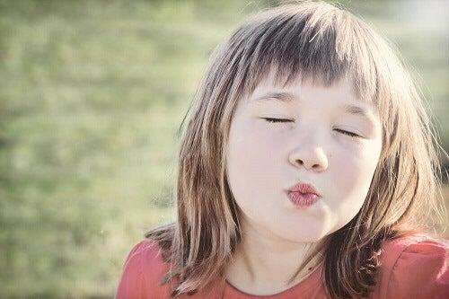 Je kan kinderen niet dwingen iemand te begroeten met een zoen