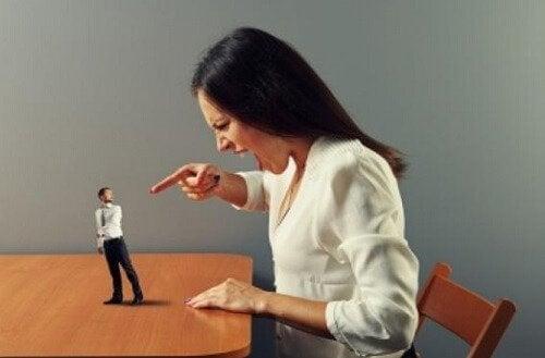 vrouw heeft kritiek op man