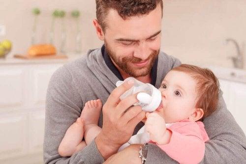 Vader voedt baby