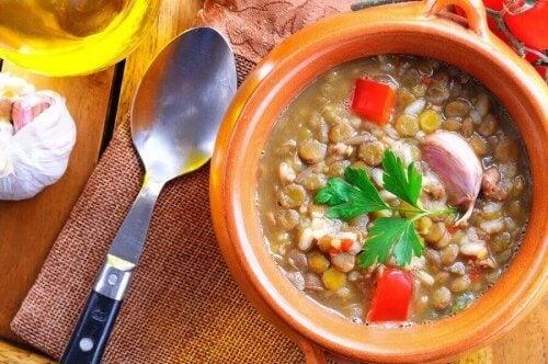 Veganistisch stoofpotje met linzen en spinazie