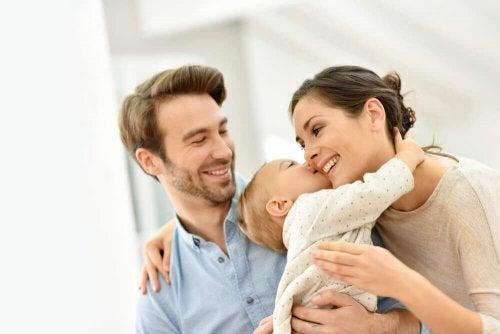 Voor jonge kinderen is een zoen een teken van genegenheid