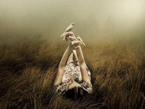 Vrouw in het gras