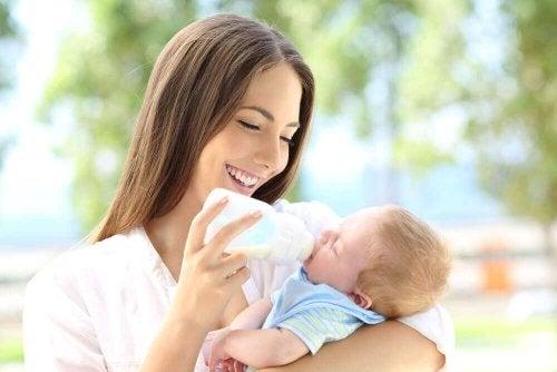 Baby krijgt flesvoeding