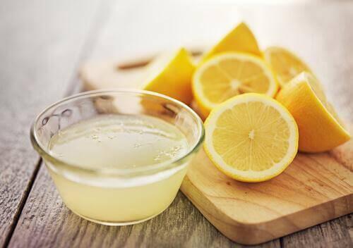 gesneden citroenen en bakje citroensap