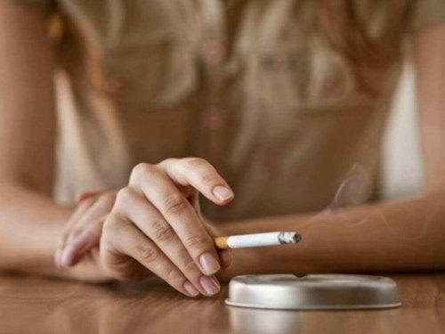 Factoren die een vroege menopauze kunnen veroorzaken zoals het gebruik van tabak