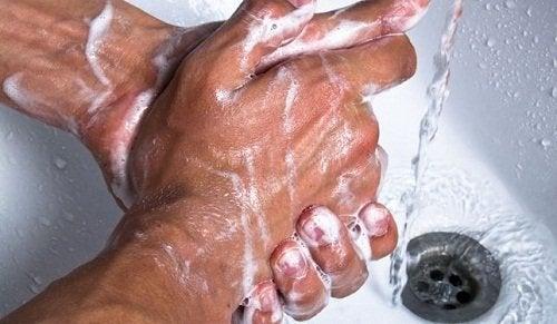 handen met zeep wassen