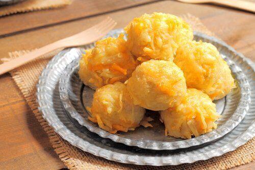 bord met gefrituurde kaasballen