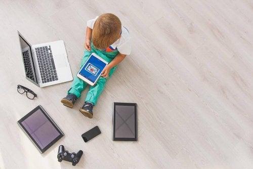 kind omringd door elektronische apparatuur