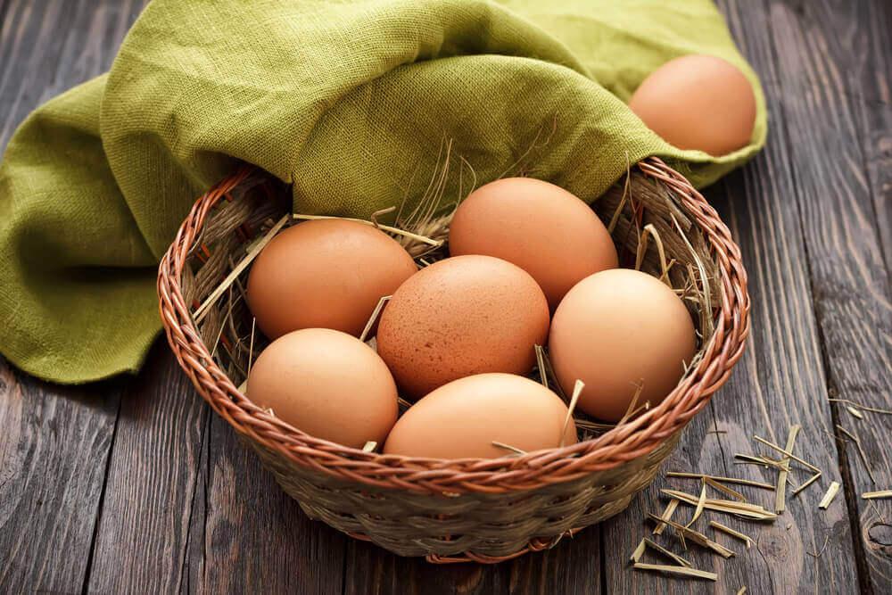rieten mandje met eieren