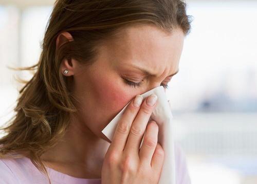 vrouw met zakdoek tegen haar neus