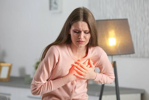 vrouw houdt handen op haar hart