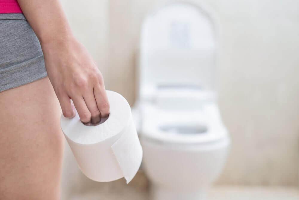 vrouw gaat naar de wc