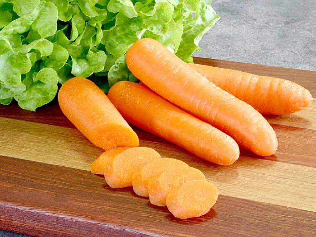wortels en gesneden wortels