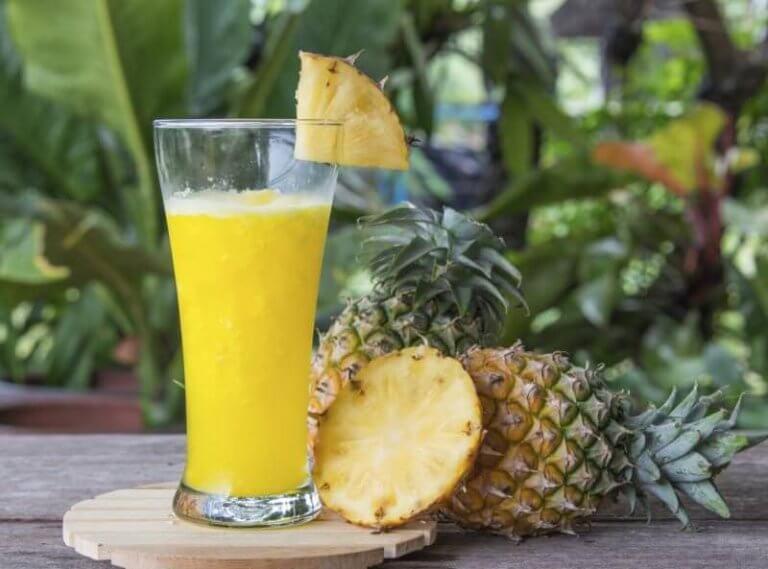Een smoothie met ananas voor het verhelpen van constipatie