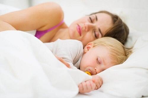Hoe leer je jouw baby de nacht door te slapen?