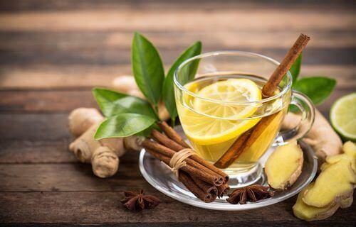 Thee van kaneel en gember is een natuurlijke hoestdrank