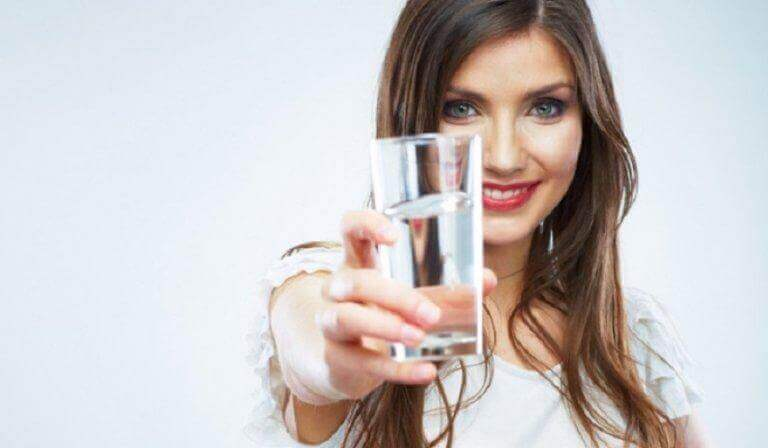 vrouw met een glas water