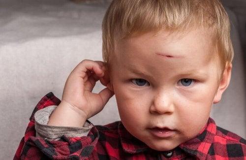 Kind met snijwond