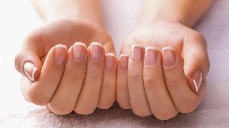 Vrouwenhanden na een manicure