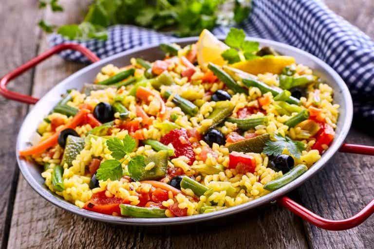 Hoe je vegetarische paella met weinig calorieën maakt