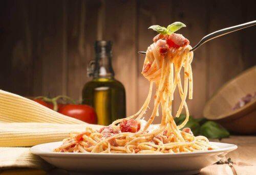 bord met spaghetti