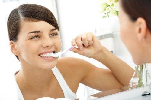 vrouw poetst haar tanden