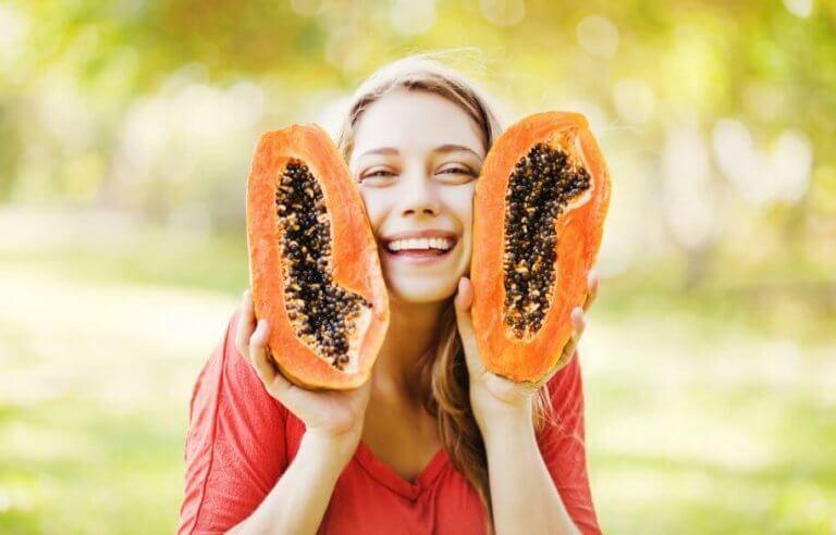 Vrouw met twee halve papaja's