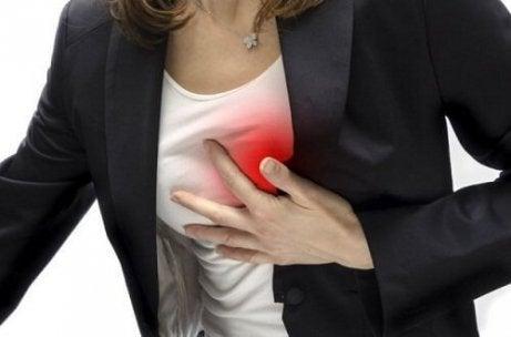 Vrouw grijpt naar borst
