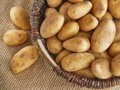 een mand met rauwe aardappelen