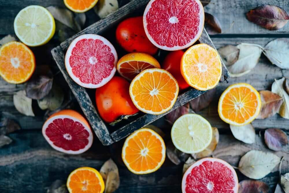 Fruit zoals kaki en sinaasappel