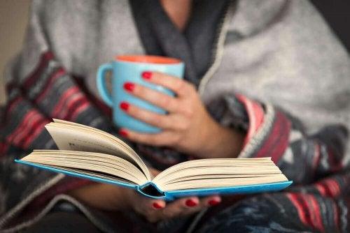 De voordelen van 's avonds lezen voor je hersenen