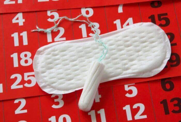 Maandverband en tampon op een kalender