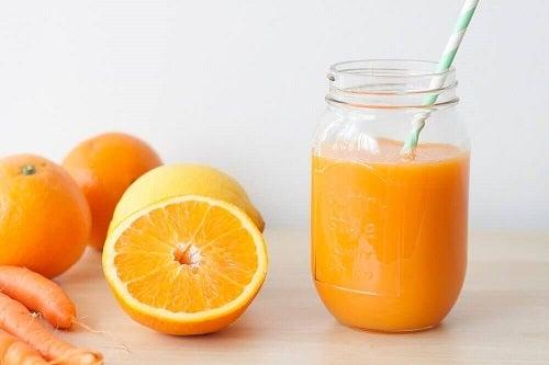 Pers een sinaasappel zonder fruitpers