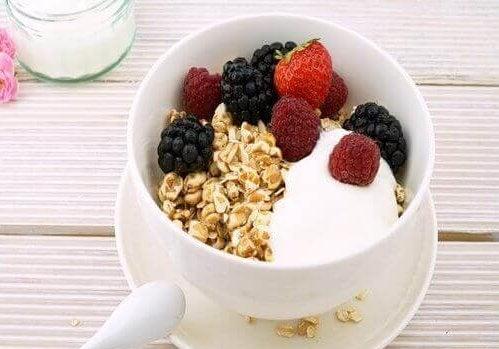 Yoghurt met havermout en bessen