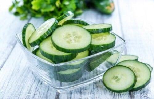 Vlekken in de oksels verwijderen met een komkommermasker